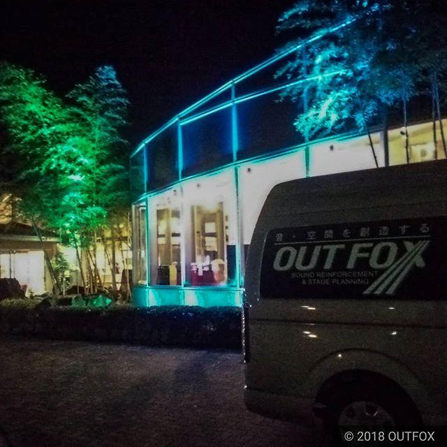 建物の外壁をキレイに染めあげました。設備案件のデモンストレーション。#ライトアップ#建築照明#防水LED#屋外照明#照明演出#OUTFOX - from Instagram